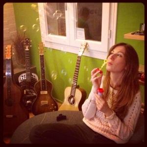 Eccomi, sogni alla mano e Hobo Guitars sullo sfondo.